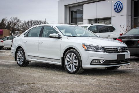 New 2017 Volkswagen Passat Highline w/ Leather/Nav/Sunroof/Backup Cam/Lange Change Assist
